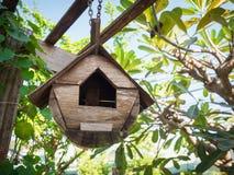 Vogelhaus, das unter den Bäumen hängt Lizenzfreie Stockfotografie