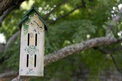 Vogelhaus in einem Baum Stockbilder