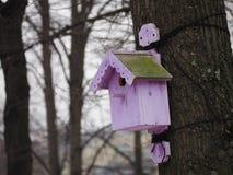 Vogelhaus in Form eines Hauses lizenzfreie stockfotografie