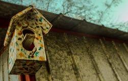 Vogelhaus ganz oben bedeckt mit Farbe Lizenzfreie Stockfotos