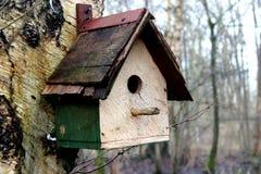 Vogelhaus im Wald Stockbild