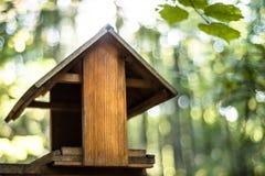 Vogelhaus mit unscharfer Natur im Hintergrund stockfoto