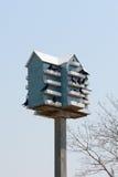 Vogelhaus mit Vögeln Lizenzfreies Stockbild