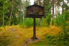 Vogelhaus mitten in dem finnischen Wald Stockfotos