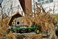 Vogelhaus umgeben durch Vegetation lizenzfreie stockfotos