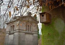 Vogelhaus und klassischer kleiner Tempel Lizenzfreies Stockfoto