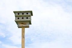 Vogelhuis in de hemel. Stock Afbeeldingen