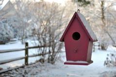 Vogelhuis in de sneeuw stock foto's
