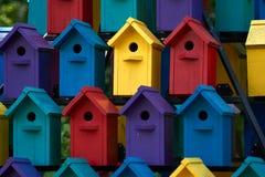 Vogelhuis in de zomer Betaalbare huisvesting royalty-vrije stock fotografie