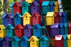 Vogelhuis in de zomer Betaalbare huisvesting royalty-vrije stock foto