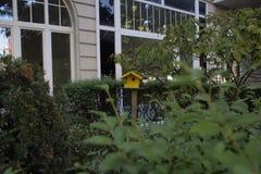 Vogelhuis in een tuin stock foto