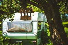 Vogelhuis en kampeerauto Stock Foto
