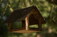 Vogelhuis op boom stock fotografie