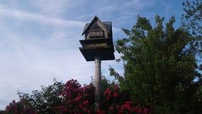 Vogelhuis op post Royalty-vrije Stock Afbeeldingen