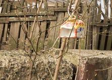 Vogelhuis, vogelvoeder, hulp van mensen tijdens stock foto's