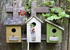 Vogelhuizen op oude houten omheining stock foto's