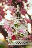 Vogelkooi in tuin Royalty-vrije Stock Foto's