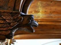 Vogelkopf geschnitzt im Holz stockfoto