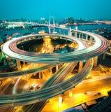 Vogelmening in Azië grootst over de rivieren in een spiraalvormige brug Stock Afbeelding