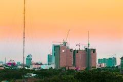 Vogelmening over cityscape en bouwwerf met inbegrip van verscheidene Stock Foto's