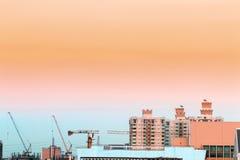 Vogelmening over cityscape en bouwwerf met inbegrip van verscheidene Stock Afbeeldingen