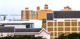 Vogelmening over cityscape met zon en wolken in de ochtend Royalty-vrije Stock Afbeeldingen
