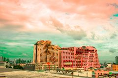 Vogelmening over cityscape met zonsondergang en wolken in de avond C royalty-vrije stock foto's