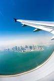 Vogelperspectief op de stad onder de vliegtuigvleugel Royalty-vrije Stock Foto's