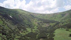Vogelperspectief op een landschap van de de zomerberg carpathians ukraine stock video