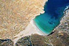 Vogelperspectief van baai met mooi strand dichtbij Sikati-hol stock afbeelding