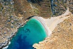 Vogelperspectief van baai met mooi strand dichtbij Sikati-hol stock afbeeldingen