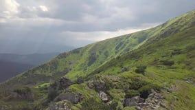 Vogelperspectief van de bergketens carpathians ukraine stock footage