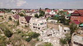 Vogelperspectief van de gevolgen van een grondverschuiving in de stad van Chernomorsk, de Oekraïne stock videobeelden