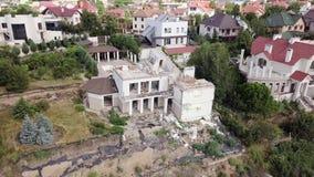 Vogelperspectief van de gevolgen van een grondverschuiving in de stad van Chernomorsk, de Oekraïne stock video