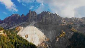 Vogelperspectief van de hoge pieken van de bergen in de provincie van Bolzano, Tullen in Dolomiet De herfst in Italië stock footage
