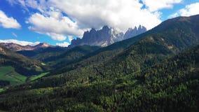 Vogelperspectief van de vallei onder de bergen in de provincie van Bolzano, Dolomiet De herfst in Italië stock footage