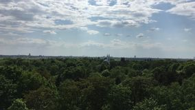 Vogelperspectief van Tempelhofer Feld en Moskee in Berlijn, Duitsland stock videobeelden