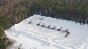 Vogelperspektiveölpumpe hebt das Arbeiten für Energie des fossilen Brennstoffs im Winterwald stock video footage