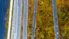Vogelperspektive über dem Auto, das durch bunten Wald reist stock video footage