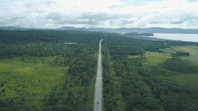 Vogelperspektive über dem Autofahren entlang leere Landschaftsstraße am sonnigen Tag stock video