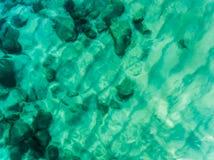 Vogelperspektive über dem Ozean, den Felsen und dem Strand Lizenzfreie Stockfotografie