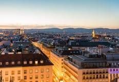 Vogelperspektive über dem Stadtbild von Wien nachts Lizenzfreie Stockbilder