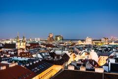 Vogelperspektive über dem Stadtbild von Wien nachts Lizenzfreies Stockbild