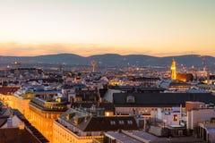 Vogelperspektive über dem Stadtbild von Wien nachts Stockfoto