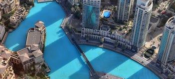Vogelperspektive über dem Stadtzentrum von Dubai an einem sonnigen Tag stockbilder