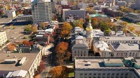 Vogelperspektive über dem Zustands-Kapitol, das Trenton New Jersey Downtown City-Skyline errichtet stock video footage