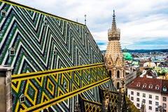Vogelperspektive über den Dachspitzen von Wien Lizenzfreies Stockfoto