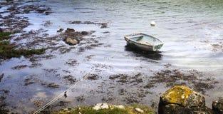Vogelperspektive über ein sehr einfaches Fischerboot auf einem kalten Herbst MO lizenzfreie stockfotos