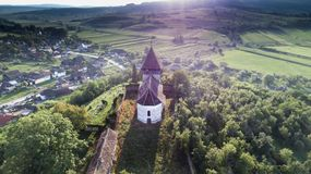 Vogelperspektive über eine schöne alte mittelalterliche kleine Kirche in Nadpatak, Siebenbürgen, Rumänien stockfoto