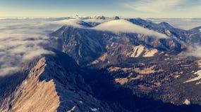 Vogelperspektive über Gebirgsrücken mit Fluss von Wolken Lizenzfreie Stockfotografie
